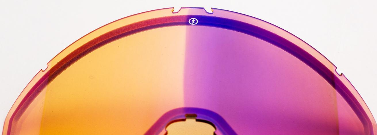 調光レンズはダブルレンズの外側に配置されており、紫外線を浴びると瞬時にレンズの色が濃くなるのが特徴だ