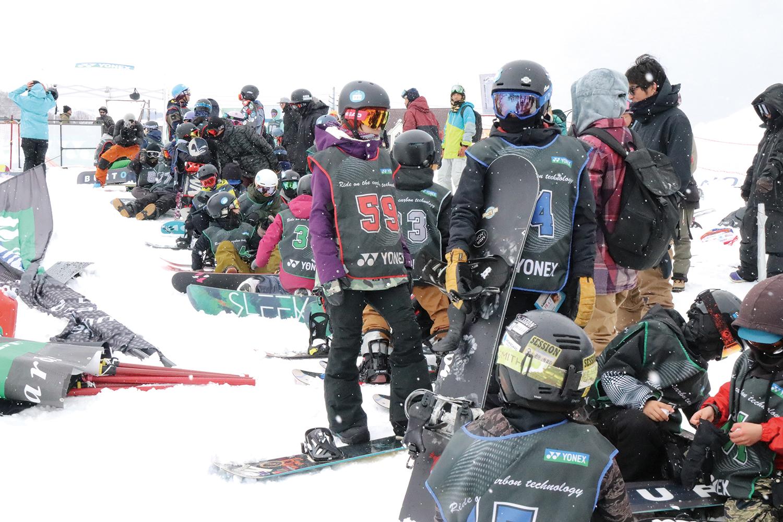 ライダーたちの活躍によって、今や世界からも注目を浴びるYONEXスノーボードが主催する大会にたくさんの選手たちが集まった